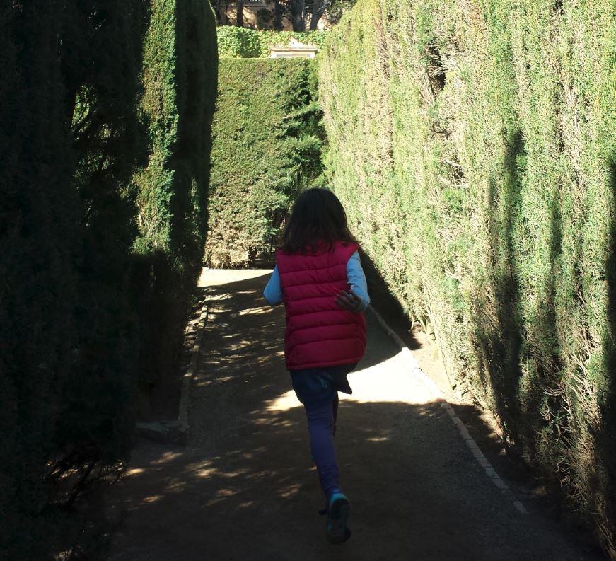 sortir amb nens al laberint horta jugar